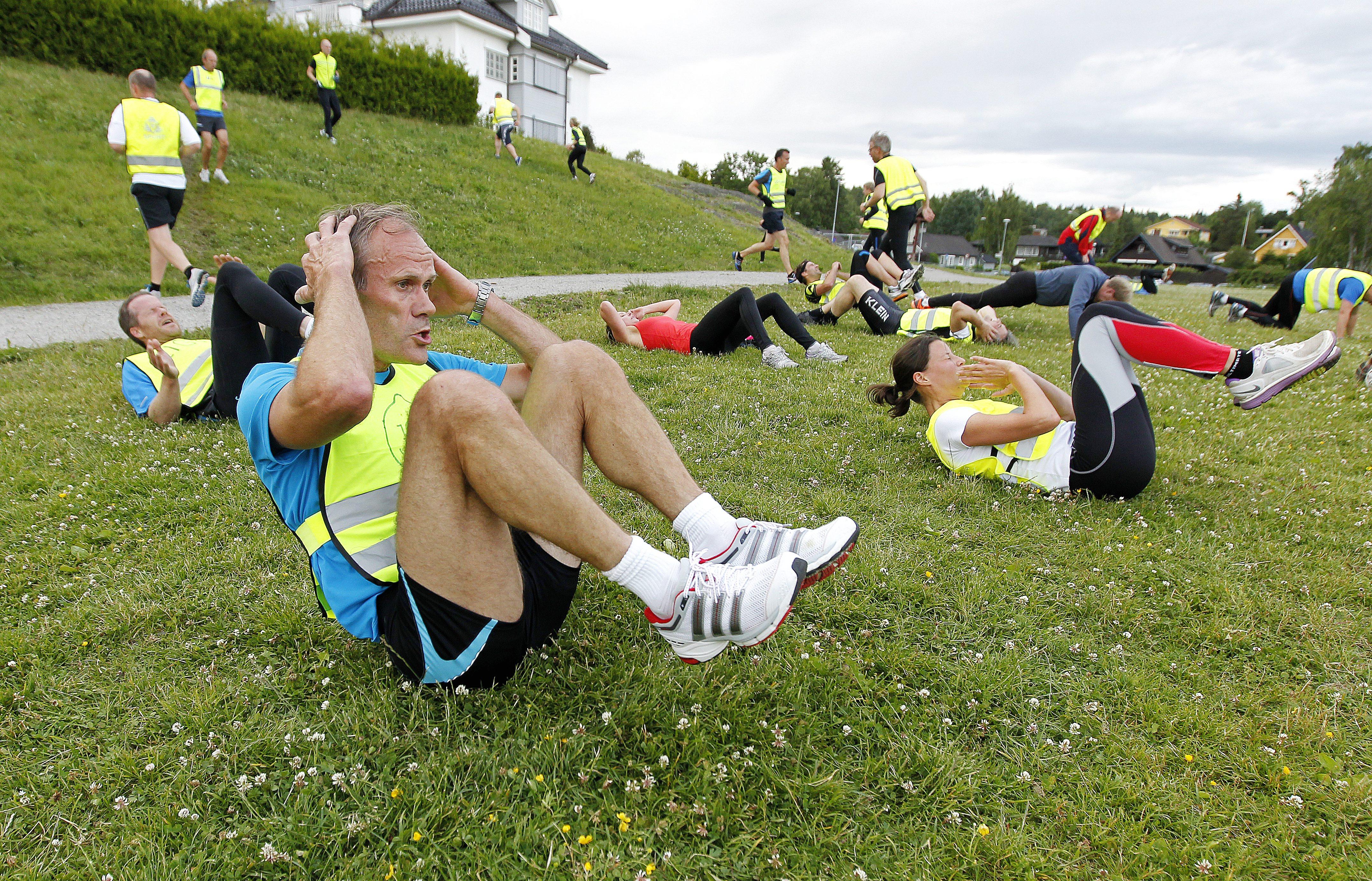 Bilde 9. NMTer Jan Fagerheim gjør mageøvelse mellom motbakkeintervall